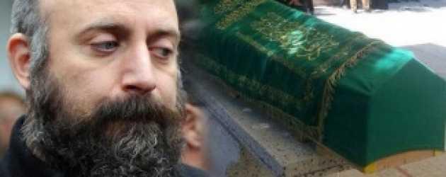 Halit Ergenç annesini gözyaşlarıyla uğurladı