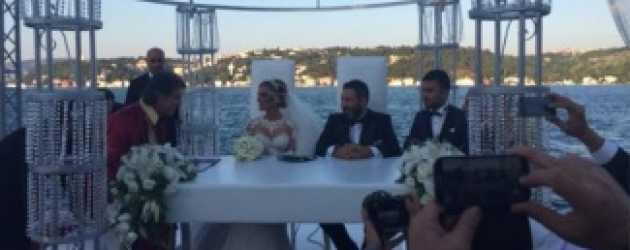 Petek Dinçöz iki aylık sevgilisiyle evlendi!