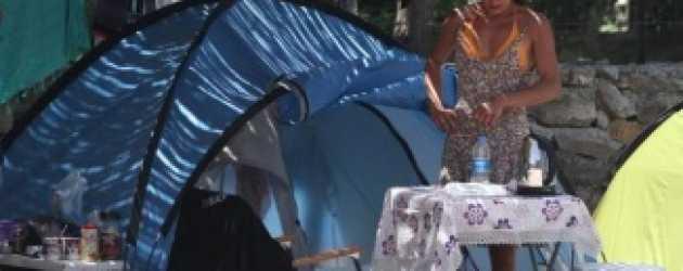 Ünlü oyuncu çadırda yaşamaya başladı!