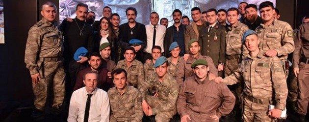 İsimsizler dizi ekibi ilk bölümünü askerlerle izledi