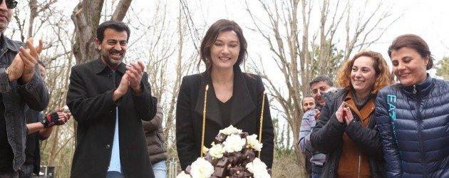 Gülperi'nin yıldızı Nurgül Yeşilçay'a sette doğum günü sürprizi!
